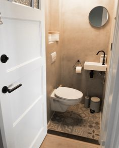 45 Hanging Bathroom Storage Ideas for Maximizing Your Bathroom Space - The Trending House Boho Bathroom, Chic Bathrooms, Bathroom Styling, Bathroom Storage, Small Bathroom, Bathroom Ideas, Bathroom Makeovers, Small Shower Room, Neutral Bathroom