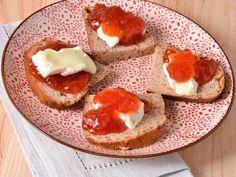 Receta | Queso con mermelada de tomate y pan de nuez - canalcocina.es
