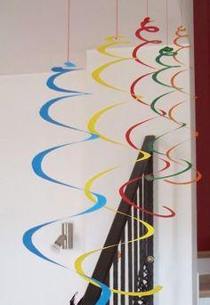 : Carnival decorations: giant spirals and confetti MammA GiochiaMo?: Carnival decorations: giant spirals and confetti Decoration Creche, Carnival Crafts, Diy Birthday, Diy Crafts For Kids, Paper Flowers, Paper Crafts, Diy Paper, Faschingsdeko Kindergarten, Preschool Crafts