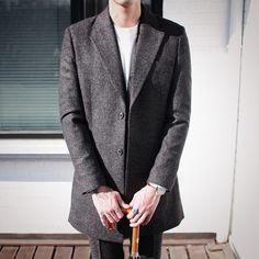 허리 부분이 잘록하게 들어가면서 슬림한 핏을 완성시켜줍니다. Wool Bokashi Coat  Black/Charcoal(2colors) ••• #젠틀라이프#코트#데일리#데일리룩#패션#옷#코디#모델#스타일#GENTLELIFE#style#fashion#mensfashion#ootd