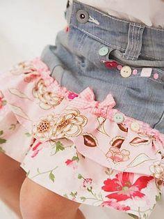 Cómo transformar unos pantalones vaqueros en una falda de volantes para niña. Si tu hija estropea las rodillas de sus pantalones, puedes aprovecharlos y crear con ellos una falda para este verano como esta.