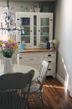 Find Here 43 Amazing Ideas Shabby Chic Dining Room Decorating That Will Amaze You Shabby Chic Dining Room, Country Dining Rooms, Shabby Chic Kitchen, Country Kitchens, Dining Room Hutch, Dining Room Design, Dining Area, Kitchen Hutch, Dining Buffet