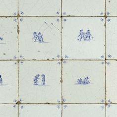 Veld met kinderspeltegels, elk met blauw geschilderde voorstelling van twee…