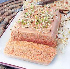 Esta es la receta tradicional del pastel de cabracho, sin muchos aditivos para acentuar el sabor del pescado. Se puede poner un puñado de gambas crudas trituradas, un poquito de salmón... pero eso son aportaciones de cada cocinero. Fish Recipes, Cake Recipes, Spanish Dishes, Crazy Cakes, Pie Cake, Appetizer Dips, Recipe Images, Vanilla Cake, Food And Drink