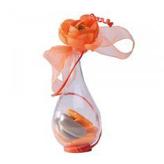 Contenant à dragées en forme de goutte. Vous pourrez le personnaliser avec une fleur, un ruban... Il donnera un coté chic à votre décoration de table. Boite à dragées mariage, baptême et communion Pvc, Wine Decanter, Decoration, Communion, Glass Vase, Table, Quirky Wedding, Gout, Tape