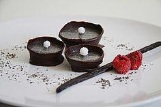 Vanille - Mohn - Pralinen 200 g Schokolade, zartbitter/// 1 Vanilleschote(n), das Mark davon/// 200 g Schokolade, weiße/// 50 g Butter oder Palmfett// 50 ml Sahne// 100 g Mohn, gemahlen// n. B. Hohlkörper,