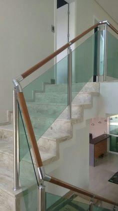Corrimãos de madeira estrutura de aço inoxidável e fechamentos com vidros verdes 8mm temperados.