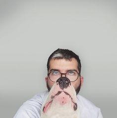 Diversión total entre un perro y su dueño