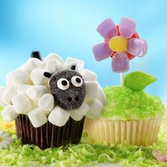 All the Easter dessert recipes you could ask for! Check out these cute Easter egg nests, cakes, cupcakes and no-bake Easter treats! Lamb Cupcakes, Cupcakes Flores, Sheep Cupcakes, Spring Cupcakes, Easter Cupcakes, Flower Cupcakes, Cute Cupcakes, Decorated Cupcakes, Spring Cake