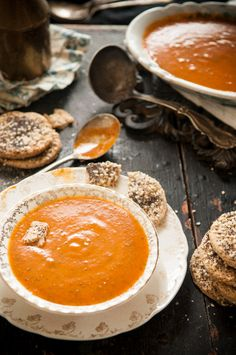 Ever So Slightly Spicy Tomato Basil Soup & Seeded Crackers « Leek Soup – Dina Avila, Photographer Soup Recipes, Great Recipes, Cooking Recipes, Favorite Recipes, Roasted Tomato Basil Soup, Roasted Tomatoes, Tomato Soup, Yummy Food, Tasty