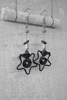 Réalisation [ Fait-Main ] avec du fil aluminium (Ø2mm/Ø1,5). Les éléments décoratifs sont : une Étoile jolie, des perles tibétaines ainsi qu'un anneau d'aluminium. Les crochets d'oreilles sont en acier inoxydable ainsi que la chaîne. Petites boucles d'oreilles ou boucles d'oreille à assortir avec tenue et maquillage, selon l'envie. Facile à mettre et enlever, la boucle d'oreille est légère et se dandine au gré des mouvements, avec de petits tintements agréables qui permettent de rappeler...