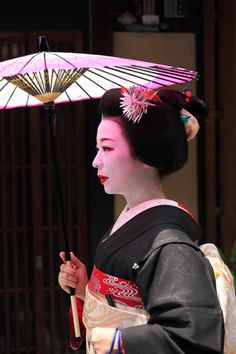 Hassaku|八朔 祇園 舞妓 Maiko san,they exist only at Gione in Kyoto. Geisha Japan, Japanese Geisha, Kyoto Japan, Japanese Beauty, Japanese Kimono, Modern Meaning, Japanese Outfits, What A Wonderful World, Japan Travel