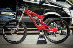 Foes Racing had their 2015 FFR prototype downhill bike with a unique suspension design at Sea Otter this year. Downhill Bike, Mtb Bike, Santa Cruz Mtb, Monster Bike, Montain Bike, Trophy Truck, Sea Otter, Bicycle Design, Bicycles
