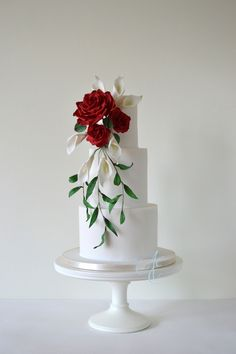 Wedding cake decorated with a teardrop sugar flower bouquet of roses and calla lilies to match the bride's fresh one. Wedding Cake Decorations, Cool Wedding Cakes, Wedding Cake Designs, Wedding Cake Toppers, Pretty Cakes, Beautiful Cakes, Cake Original, Textured Wedding Cakes, Three Tier Cake