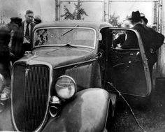 Officers inspect Clyde Barrow and Bonnie Parker's bullet-riddled Ford at the police impound after removing the couple's bodies. Dallas County Sheriff Smoot Schmid is at left, hatless. Bonnie Parker, Bonnie And Clyde Death, Bonnie And Clyde Pictures, Dallas County Sheriff, Elizabeth Parker, Real Gangster, Ford, Historical Pictures, Crime