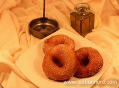 Una receta muy antígua, como también lo es el utensilio que se utiliza para hacer estas roscas de Candil. Esta receta es muy sencilla. La tenéis paso a paso en mi blog. http://isabelmoro.com/recetas/postres/roscas-de-candil-extremadura/