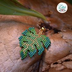 ― D'Art Accesoriosさん( 「🍃 La naturaleza siempre nos aporta formas geniales que nos inspiran. Monstera deliciosa o…」 Beaded Jewelry Patterns, Bracelet Patterns, Beading Patterns, Peyote Patterns, Monstera Deliciosa, Motifs Perler, Peyote Beading, Beaded Animals, Diy Schmuck
