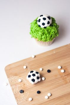 Basic Cake Decorating Ideas And Tips Cupcake Tutorial, Fondant Tutorial, Sweets Cake, Cupcake Cakes, Cup Cakes, Cupcake Toppers, Cake Decorating Tutorials, Cookie Decorating, Soccer Theme Parties