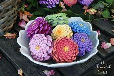 Met+wat+dennenappels+en+verf+maak+je+de+leukste+herfst+bloemen.+Ze+staan+echt+enig+en+leuk+om+te+doen+met+de+kinderen!