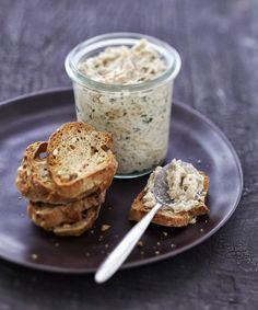 RILLETTES DE SARDINES: * 100 gr de fromage frais,  * 1 boite de sardines 100 gr environ, citron, persil ou ciboulette, sel et poivre.   Écrasez les sardines,et mélangez le tout afin d'obtenir un résultat homogène. Puis, assaisonnez à votre goût avec citron, persil ou ciboulette, sel et poivre et le tour est joué !  Changer les sardines par du thon, ou encore filets de maquereaux. Tapas, Pesto, Cooking Time, Cooking Recipes, Fingerfood Party, Good Food, Yummy Food, Snacks, Chutney