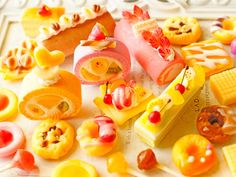 スイーツデコ (M010) 25個入り ロールケーキ、フルーツケーキ、クレープ他