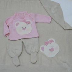 Saída de maternidade é confeccionada artesanalmente em tricô bordada a mão. <br> <br> - Conjunto + manta <br> <br>Obs: Pode ser alterado o bordado conforme informado na encomenda. <br> <br>Tamanhos: P (indicado para recém nascido) ou M.