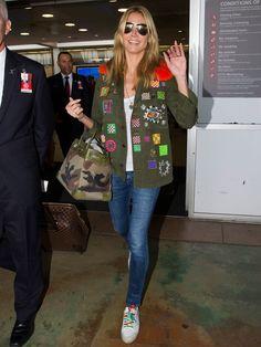 Military trifft auf Rainbow: Heidi Klum trägt eine Birkin Bag vonHermès in Camouflage-Optik, dazu eine Military-Jackemit bunten Nieten und coole Sneaker mit Rainbow-Schnürsenkel. We like!