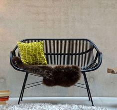 Yara Bank von jankurtz (schöne Sessel und Hocker auf Hey Pretty), Bild via Galaxus