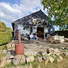 Vakantiehuis 'In het huis van Jo Daggert' ligt op een van de mooiste locaties in Nederland: in de uiterwaarden bij Deventer. Met plek voor 5 personen. Weekender, Holiday Places, B & B, Rotterdam, Bungalow, Holland, Beach House, Travel Tips, Places To Go