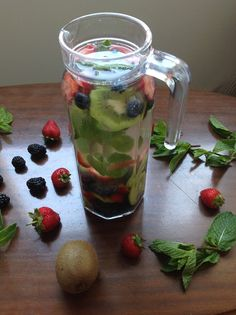 My Casual Brunch: Água detox com mirtilos, morangos, kiwi e folhas d...