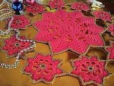 Toalhinha decorativa de natal. Cor vermelho vivo e detalhes na cor ouro velho. Diâmetro de 43 cm. R$ 55,00