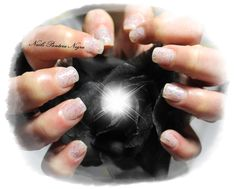 Unhas em gel cor branco leitoso com nail art fitas multicores