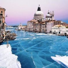 Venezia ghiacciata per il freddo. Prima volta nella storia. Le foto che stanno facendo il giro del mondo. -