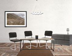 Een stijlvolle en strakke eetkamer maak je zo: Ga voor een tafel in een eenvoudig design, voeg een paar donkere (eventueel opvallendere) stoelen toe. Laat deze donkerdere kleur terug komen in bijvoorbeeld een schilderijtje aan de wand of een kast. Een mooie moderne lamp mag ook niet ontbreken.