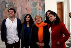 Bachelet dialoga con representantes del movimiento estudiantil