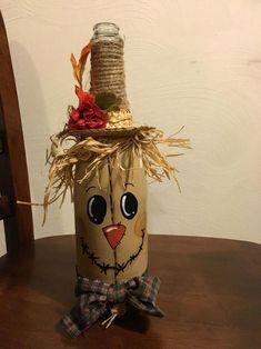 Résultat d'images pour wine bottle scarecrow craft Fall Wine Bottles, Halloween Wine Bottles, Wine Bottle Art, Painted Wine Bottles, Diy Bottle, Beer Bottle, Wine Craft, Wine Cork Crafts, Mason Jar Crafts
