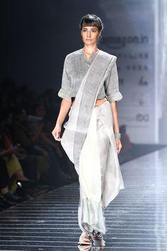 Love the way she draped this saree Drape Sarees, Saree Draping Styles, Saree Styles, Indian Dresses, Indian Outfits, Modern Saree, Designer Blouse Patterns, Stylish Sarees, India Fashion Week
