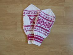 Votter i Mariusmønsteret. Mittens in Marius pattern. Norwegian Knitting, Fingerless Mittens, Wrist Warmers, Knitting Charts, Children In Need, Knit Or Crochet, Mitten Gloves, Baby Kids, Diy Crafts