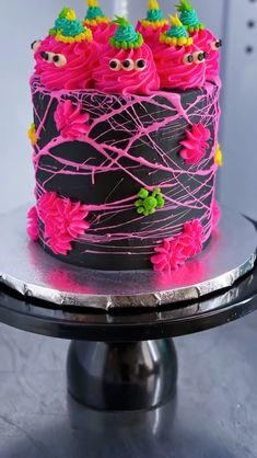 Halloween can be scary and cute with this Spooky Floof Halloween Cake🕷. How cool are those marshmallow spider webs🕸! Try adding Black Tinker Dust™ to make this spooky cake shimmer and shine✨! Halloween Cake Pops, Scary Halloween Cakes, Halloween Torte, Halloween Cans, Halloween Desserts, Halloween Treats, Pretty Halloween, Halloween Makeup, Halloween Decorations