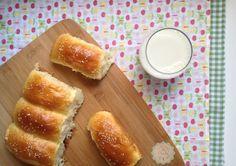 Pão Caseiro tipo Bisnaguinha! Esse pãozinho de leite é delicioso e super prático. Até quem nunca fez pão, vai acertar esse. E além disso é bem mais saudável. A receita vc encontra aqui: http://www.muitoalemdacozinha.com/recipe-view/pao-caseiro-tipo-bisnaguinha/