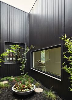 Clare Cousins Architects' Rail House in Westgarth, Melbourne demonstrates the possibilities of architecture along overlooked rail sites. Black Cladding, Metal Cladding, Wall Cladding, Cladding Ideas, Metal Facade, House Cladding, Facade House, Atrium House, Patio Interior
