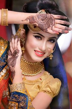Top 10 10 Must-Try Latest Mehndi Movements For 2017 Portrait-Style Mehendi The marriage season is here and we are looking for various designs of Mehndi to complete the look and get a feel of enjoyi… Mehendi Photography, Indian Wedding Couple Photography, Bridal Photography, Indian Bridal Photos, Indian Wedding Poses, Asian Bridal, Tamil Wedding, Indian Weddings, Bride Poses