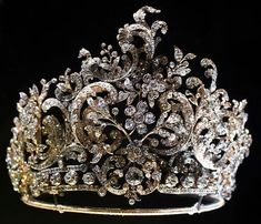 Tiara made for Queen Charlotte, wife of the last Württemberg king, Wilhelm II (r. fashioned in 1896 by Stuttgart court jeweler Eduard Foehr in the rococo style. Can be dismantled and the sections worn as brooches or hair ornaments. Royal Crown Jewels, Royal Crowns, Royal Tiaras, Royal Jewelry, Tiaras And Crowns, Fine Jewelry, Kosmetik Online Shop, Thurn Und Taxis, Antique Jewelry