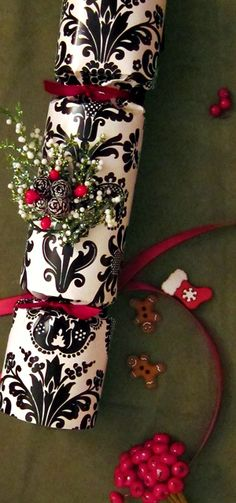DIY Holiday Party Crackers - personalize every detail and leave guests flattered and in awe ❤❦♪♫