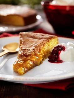 Den här kladdkakan gör du med saffran och mandelmassa för att få en härlig och läcker kaka till julfikat.