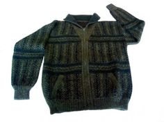 Herren #Strickjacke aus 100% Royal Alpakawolle, dunkelgrün. Royal Alpakawolle ist die Faser von 2 jährigen Alpakas, eine sehr feine und weiche Wolle. genießen Sie die natürliche Wärme dieser edlen Strickjacke.