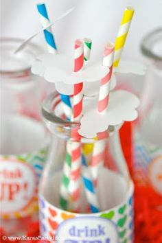 Canudinhos fofos e nuvem dando todo o charme na bebida da festa com tema arco-íris