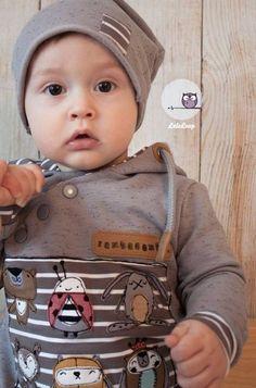 Henry Baby ist ein lässiger Pulli für Kinder von 44 bis 104. Henry ist ein lässiger und leger geschnittener Hoodie, der für Mädchen sowie Jungs geeignet ist. Henry zeichnet sich durch sein schräg geschnittenes Vorderteil mit der Knopfleiste aus. So erhält man nicht nur einen schönen Effekt beim Nähen und die Möglichkeit, diverse Verziehrungen aufzunähen, Stoffe zu Mixen und mit verschiedenen Knöpfen zu arbeiten, sondern auch kinderleichtes An- und Ausziehen. Auch für die Kleinsten ist das…
