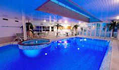 Profitez d'une pause autour de la piscine intérieure #hotel #stjeandemonts