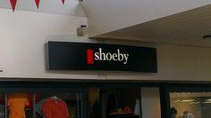 shoeby a. kleine letters b. recht c. horizontaal breed d. ingedrukt e. schreefloos